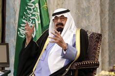 Король Саудовской Аравии Абдалла во время встречи с президентом США Бараком Обамой Rawdat al-Khraim близ Эр-Рияда 28 марта 2014 года. Саудовская Аравия под отзвуки потрясений, дестабилизировавших Ближний Восток, усиливает давление на местных недовольных, порождая тревоги, что возникшее в последние годы пространство для публичных дебатов снова под угрозой исчезновения. REUTERS/Kevin Lamarque