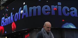 Bank of America a annoncé mercredi une perte au premier trimestre sous le coup de frais pour litiges de six milliards de dollars consécutifs à un règlement avec la Federal Housing Finance Agency (FHFA) , le régulateur du financement hypothécaire, et à d'autres contentieux. /Photo d'archives/REUTERS/Eduardo Munoz