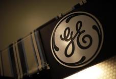 """Логотип General Electric в магазине в Санта-Монике, Калифорния, 11 октября 2010 года. Многоотраслевой конгломерат General Electric Co отчитался в четверг о 12-процентном росте квартальной прибыли промышленного дивизиона: хорошие показатели отделений по производству газовых турбин, реактивных двигателей и нефтяного оборудования компенсировали слабость направлений """"здравоохранение"""" и """"транспорт"""". REUTERS/Lucy Nicholson"""