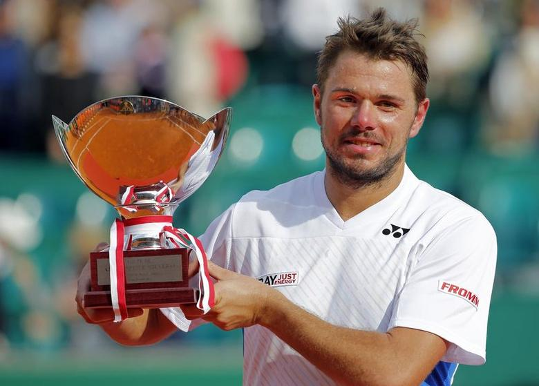 Stanislas Wawrinka of Switzerland holds up his trophy after winning the final match against his compatriot Roger Federer at the Monte Carlo Masters in Monaco April 20, 2014.  REUTERS/Eric Gaillard