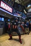 """Одетый Капитаном Америкой мужчина на Нью-Йоркской фондовой бирже 1 апреля 2014 года. Сиквел фильма о супергерое """"Первый мститель: Другая война"""" третий уикенд подряд показал лучший результат в прокате Северной Америки, вновь обойдя мультфильм """"Рио 2"""". REUTERS/Brendan McDermid"""
