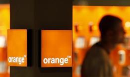 Correction officielle: clarifie des détails sur les tarifs qui n'avaient pas été indiqués par la société dans son communiqué. / La filiale espagnole d'Orange a annoncé qu'elle réduisait dès ce mardi le prix d'un abonnement, comprenant le haut débit et les appels fixes, de 23% pour le ramener à 38,10 euros. /Photo d'archives/REUTERS/Eric Gaillard