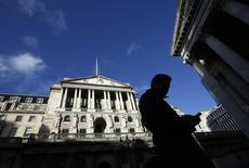 Selon le compte rendu de la dernière réunion de la Banque d'Angleterre, la reprise accélère en Grande-Bretagne, mais les responsables de la politique monétaire divergent sur l'évaluation des capacités de production inutilisées et sur les perspectives d'inflation à moyen terme. /Photo prise le 16 janvier 2014/REUTERS/Luke MacGregor