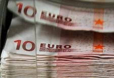 L'épargne salariale a dépassé les 100 milliards d'euros d'encours à fin 2013, la hausse des marchés actions l'an dernier compensant les sorties de ces dispositifs d'épargne, annonce mercredi l'Association française de la gestion financière. /Photo d'archives/REUTERS/Thierry Roge