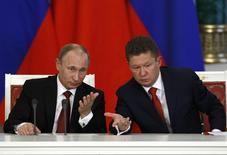 Президент России Владимир Путин (слева) и глава Газпрома Алексей Миллер на церемонии подписания документов с китайской делегацией в Москве 22 марта 2013 года. Российский Газпром стремится подписать соглашение о поставках газа в Китай в мае, подгоняемый планами Европы снизить зависимость от российского топлива, сообщили источники в отрасли. REUTERS/Sergei Karpukhin