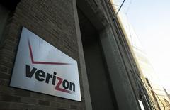 L'action Verizon Communication cédait quelque 2,5% jeudi à l'approche de la mi-séance de Wall Street après que le numéro américain des télécoms a publié des résultats trimestriels inférieurs aux attentes, tout en disant ne pas avoir l'intention de baisser ses prix pour gagner des clients. /Photo prise le 12 décembre 2013/REUTERS/Eric Thayer