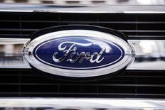 Логотип Ford на автомобиле у здания Нью-Йоркской фондовой биржи 13 января 2014 года. Прибыль второго крупнейшего американского автопроизводителя Ford Motor Co оказалась ниже прогнозов в первом квартале 2014 года из-за роста затрат на гарантийный ремонт старых автомобилей в Северной Америке на $400 миллионов. REUTERS/Lucas Jackson