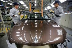 Dans l'usine PSA-Dongfeng à Wuhan. Les actionnaires de PSA Peugeot Citroën ont approuvé vendredi à une très large majorité l'augmentation de capital de trois milliards d'euros à l'issue de laquelle le chinois Dongfeng et l'Etat français feront leur entrée au capital du constructeur automobile, dont la Chine est devenue au premier trimestre le premier marché devant la France. /Photo prise le 13 février 2014/REUTERS