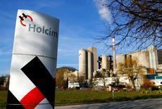 Holcim annonce lundi une hausse de 9% de son résultat d'exploitation au premier trimestre. Le cimentier suisse, qui s'apprête à fusionner avec le français Lafarge, a notamment recueilli les fruits d'un programme de réduction des coûts. /Photo prise le 26 février 2014/REUTERS/Denis Balibouse