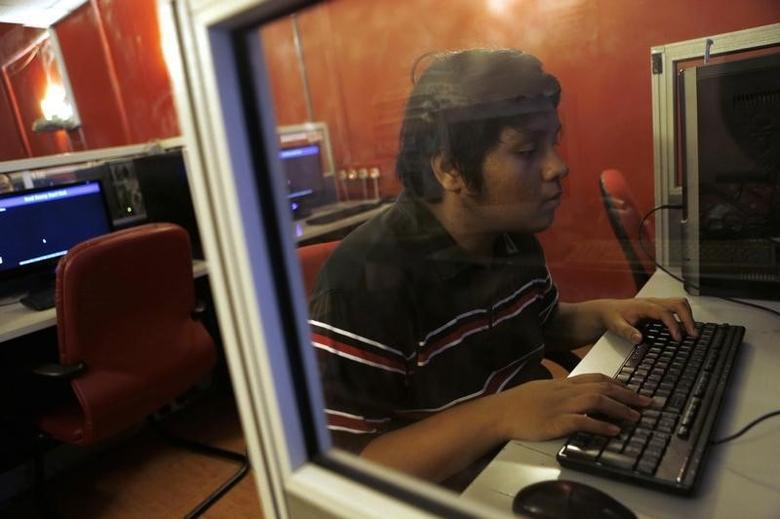 A man browses the Internet at an Internet cafe in Kuala Lumpur October 25, 2013. REUTERS/Samsul Said/Files
