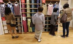 Les ventes au détail au Japon ont connu en mars leur plus forte progression depuis dix-sept ans, les consommateurs se ruant vers les magasins avant la hausse de la taxe sur la valeur ajoutée (TVA), entrée en vigueur le 1er avril. /Photo prise le 28 avril 2014/ rEUTERS/Toru Hanai