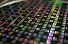 STMicroelectronics a enregistré au cours des trois premiers mois de l'année un chiffre d'affaires conforme aux attentes des analystes et  le fabricant de semi-conducteurs s'attend à une possible légère progression de sa marge brute au deuxième trimestre. /Photo d'archives/REUTERS/Richard Chung