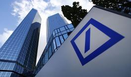 Deutsche Bank a annoncé mardi un bénéfice avant impôt de 1,68 milliard d'euros au titre du premier trimestre, en baisse de 30%, marqué comme pour d'autres banques par une chute des revenus dans le trading obligataire. /Photo d'archives/REUTERS/Ralph Orlowski