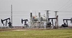Нефтяные станки-качалки на месторождении Румейлан в сирийской провинции Эль-Камышлы 11 декабря 2013 года. Цены на нефть Brent держатся выше $108 за баррель после максимального за месяц падения в понедельник в связи с предстоящим возобновлением экспорта нефти из Ливии. REUTERS/Rodi Said