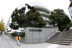 Siemens assure mardi vouloir faire une offre à Alstom s'il peut disposer d'un délai de quatre semaines pour effectuer les vérifications préalables (due diligence). /Photo d'archives/REUTERS/Michaela Rehle