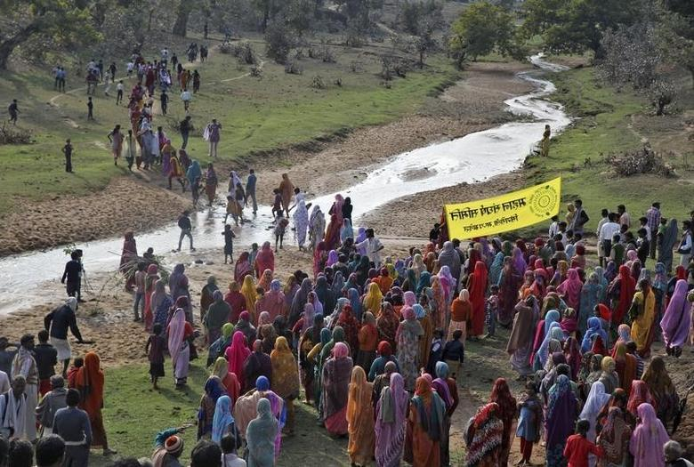 Villagers walk towards the Mahan forest during a protest against a coal mining project in Singrauli district in Madhya Pradesh February 27, 2014. Thomson Reuters Foundation/ Nita Bhalla/Files