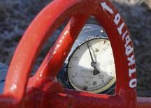 Вентиль и датчик давления на газовой компрессорной станции в городе Боярка 12 февраля 2008 года. Газовый концерн Газпром сообщил, что долг Украины за поставки российского газа на 30 апреля вырос до $3,492 миллиарда с $2,2 миллиарда на конец прошлого месяца. REUTERS/ Gleb Garanich