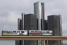 Le Trésor américain a perdu 11,2 milliards de dollars (8,08 milliards d'euros) en venant en aide à General Motors, soit plus que les 10,3 milliards estimés lorsqu'il avait cédé le reliquat de titres du constructeur automobile qu'il détenait encore, selon un rapport gouvernemental. /Photo d'archives/REUTERS/Rebecca Cook