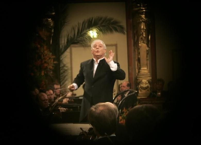 Argentine born Israeli Maestro Daniel Barenboim is pictured through a spyhole in a door as he conducts the Vienna Philharmonic Orchestra during the New Year's Concert 2009 in Vienna's ''Goldener Musikvereinsaal'' January 1, 2009.   REUTERS/Herwig Prammer