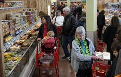 Les dépenses de consommation aux Etats-Unis ont enregistré en mars leur plus forte hausse en plus de quatre ans et demi (+ 0,9%), confirmant le sentiment que la première économie mondiale s'est redressée à la fin d'un premier trimestre très difficile. /Photo prise le 14 février 2014/REUTERS/Rick Wilking