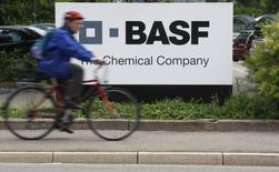 BASF fait état vendredi d'un recul, conforme aux attentes, de son bénéfice opérationnel du premier trimestre à 2,1 milliards d'euros, l'effet de la hausse des volumes dans certains produits comme les pesticides ayant été effacé par un impact de changes négatif. /Photo d'archives/REUTERS/Christian Hartmann