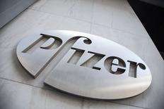 Le titre Pfizer figure au rang des valeurs à suivre ce vendredi à Wall Street. Le groupe pharmaceutique américain a relevé son offre à 50 livres par action, soit 63 milliards de livres, sur son concurrent britannique AstraZeneca, qui l'a aussitôt rejetée, estimant que le prix le sous-évaluait considérablement. /Photo prise le 28 avril 2014/REUTERS/Andrew Kelly
