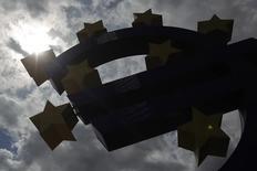 La Banque centrale européenne (BCE) semble devoir observer le statu quo pendant encore un bon moment dans la mesure où la reprise semble s'installer dans la zone euro et où l'inflation ne peut sans doute pas tomber plus bas, montre une enquête Reuters. /Photo d'archives/REUTERS/Alex Domanski