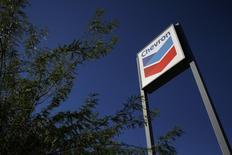 Chevron, deuxième compagnie pétrolière américaine, a publié un bénéfice en baisse de 27% et inférieur aux attentes de Wall Street au titre du premier trimestre, en raison d'un recul de la production et des prix du pétrole brut. /Photo d'archives/REUTERS/Joshua Lott