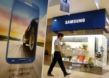 Un tribunal fédéral américain a condamné vendredi Samsung à verser 119,6 millions de dollars (86,2 millions d'euros) à Apple après avoir reconnu le fabricant sud-coréen de smartphones coupable de la violation de deux brevets. /Photo d'archives/REUTERS/Lee Jae-Won