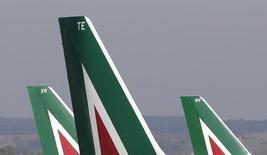 Alitalia et ses banques créancières s'efforcent de boucler avant mardi une proposition visant à persuader la compagnie aérienne d'Abou Dhabi Etihad d'investir dans le transporteur italien en difficulté, selon une source proche du dossier. /Photo prise le 10 décembre 2013/ REUTERS/Max Rossi