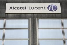 Alcatel-Lucent bondit de 4,62% vers 12h20, la plus forte hausse du SBF 120, sur des rumeurs de marché évoquant un intérêt de Nokia. Au même moment, le CAC 40 cède 0,09% à 4.458,46 points. /Photo d'archives/REUTERS/Stéphane Mahé
