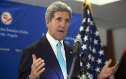 """Госсекретарь США Джон Керри выступает на пресс-конференции в Луанде 5 мая 2014 года. США категорически отвергают попытки пророссийских сил провести """"надуманный и фальшивый"""" референдум на востоке Украины, заявил во вторник государственный секретарь Джон Керри. REUTERS/Saul Loeb/Pool"""