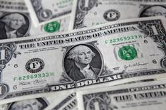 """Банкноты доллара США, Варшава, 8 августа 2011 года. Американский доллар снизился в свете вероятных """"голубиных"""" комментариев главы ФРС США Джанет Йеллен в ходе выступлений в Конгрессе в среду и четверг, даже после сильной статистики о числе рабочих мест в США в прошлую пятницу. REUTERS/Kacper Pempel"""