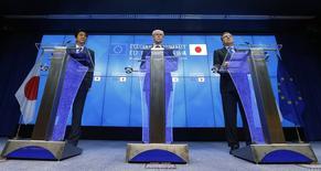 Президент Евросовета Херман Ван Ромпей (в центре) на совместной пресс-конференции с японским премьером Синдзо Абэ (слева) и главой Еврокомиссии Жозе Мануэлом Баррозу в Брюсселе 7 мая 2014 года. Европейский союз предостерег Россию от обострения кризиса на Украине, пригрозив новыми санкциями, в то время как Москва призвала Киев немедленно прекратить военную операцию против сепаратистов на юго-востоке. REUTERS/Yves Herman