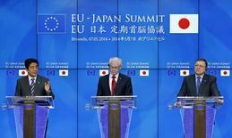 Conférence de presse à Bruxelles du Premier ministre japonais Shinzo Abe, du président du Conseil européen Herman Van Rompuy et de celui de la Commission José Manuel Barroso. L'Union européenne et le Japon ont affiché mercredi leur détermination à conclure l'an prochain un ambitieux accord de libre-échange, en dépit du scepticisme affiché des constructeurs automobiles européens quant à la bonne volonté de Tokyo. /Photo prise le 7 mai 2014/REUTERS/Yves Herman