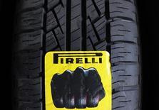 Pirelli, cinquième fabricant de pneus dans le monde, a confirmé ses objectifs annuels après avoir annoncé un bénéfice opérationnel en hausse de 12,6% au premier trimestre. /Photo prise le 18 mars 2014/REUTERS/Giorgio Perottino