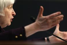 Глава ФРС Джанет Йеллен выступает перед объединенным экономическим комитетом Конгресса США в Вашингтоне 7 мая 2014 года. Председатель Федеральной резервной системы США Джанет Йеллен сказала, что центробанк сохранит высокую степень монетарных стимулов для экономики и назвала геополитическую напряженность и слабые данные о рынке жилья рисками для американской экономики. REUTERS/Jonathan Ernst