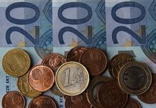 """Банкноты и монеты евро в боснийском городе Зеница 26 апреля 2014 года. Евро вырос против доллара в четверг, торгуясь вблизи недавних двухмесячных максимумов при поддержке роста ставок """"овернайт"""" в связи с сокращением объема избыточных денег в еврозоне. REUTERS/Dado Ruvic"""
