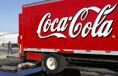Грузовик Coca-Cola у распределительного центра в Александрии, штат Виргиния, 16 октября 2012 года. Международный холдинг Coca-Cola закроет в РФ два производящих соки завода Нидан из-за плохих результатов работы и до конца года объединит всё соковое производство на основе показывающего рост продаж Мултона, сообщил Рейтер представитель российского офиса компании. REUTERS/Kevin Lamarque
