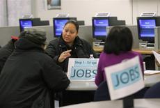 Un centre d'aide aux chômeurs à San Francisco. Les inscriptions hebdomadaires au chômage ont diminué plus que prévu aux Etats-Unis, enregistrant un premier recul après une série de trois hausses consécutuives lors de la semaine au 3 mai, à 319.000 contre 345.000 (révisé) la semaine précédente, /Photo d'archives/REUTERS/Robert Galbraith