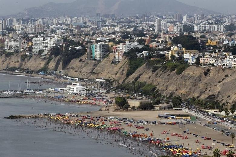 A view of Agua Dulce beach on a summer day in Lima, January 22, 2013. Agua Dulce (Sweet Water) is one of the most popular beaches along Lima's Costa Verde coast. REUTERS/Mariana Bazo (PERU - Tags: SOCIETY ENVIRONMENT TRAVEL) - RTR3CTG1