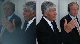 Le président du directoire de Publicis Maurice Lévy (au premier plan) et le directeur général d'Omnicom John Wren lors d'une conférence de presse à Paris en juillet dernier. Les deux groupes publicitaires ont renoncé vendredi à leur projet de fusion de 35 milliards de dollars, les obstacles à l'opération qui devait donner naissance au nouveau numéro un mondial étant devenus insurmontables. /Photo prise le 28 juillet 2013/REUTERS/Christian Hartmann