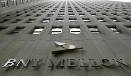 Le titre Bank of New York Mellon figure au rang des valeurs à suivre ce vendredi sur les marchés américains, alors que, selon l'agence Bloomberg, l'établissement pourrait céder ses activités de services fiduciaires aux entreprises à la banque japonaise Mitsubishi UFJ pour un montant qui pourrait atteindre 2,5 milliards de dollars. /Photo d'archives/REUTERS/Brendan McDermid
