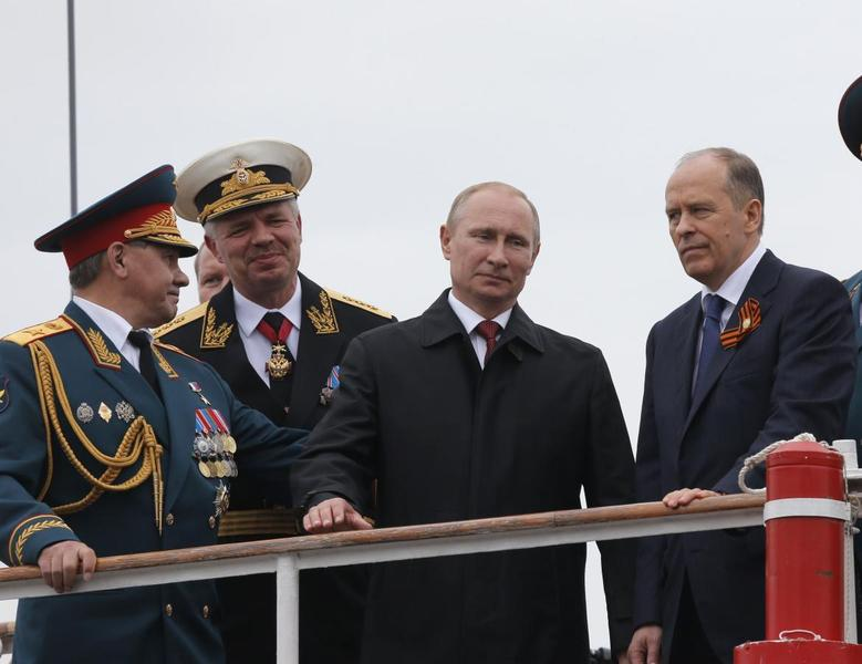 Russian President Vladimir Putin (2nd R), Defence Minister Sergei Shoigu (L), Black Sea fleet commander Vice Admiral Aleksander Vitko (2nd L) and Russia's Federal Security Service (FSB) Director Alexander Bortnikov watch events marking Victory Day in Sevastopol May 9, 2014. Putin went to Crimea on Friday for the first time since Russia annexed the peninsula from Ukraine in March, a visit that is likely to anger the Ukrainian leadership and upset the West. REUTERS/Maxim Shemetov (UKRAINE - Tags: POLITICS ANNIVERSARY CONFLICT) - RTR3OG7A