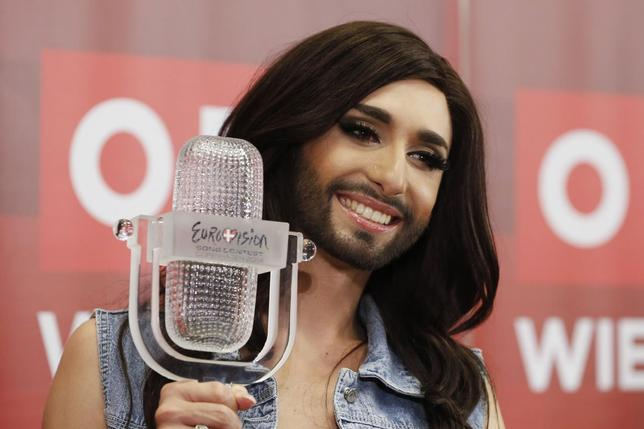 Austria's Conchita Wurst poses with her trophy after a news conference in Vienna May 11, 2014.  REUTERS/Leonhard Foeger