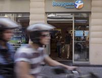Selon l'édition de lundi du Figaro, Bouygues Telecom devrait réduire ses effectifs de plus de 20% après l'échec de la tentative de rachat de son rival SFR. Les syndicats de l'opérateur téléphonique pensent que jusqu'à 2.000 des 9.000 emplois du groupe sont menacés, mais qu'aucune annonce ne sera faite avant les élections européennes du 25 mai, précise le quotidien. /Photo d'archives/REUTERS/Jacky Naegelen
