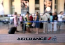 Air France-KLM annonce lundi un trafic en hausse de 3% et un coefficient d'occupation en progression de 1,9 point (à 84,7%) dans son activité de transport de passagers en avril, grâce au décalage de la semaine de Pâques de mars à avril par rapport à 2013. /Photo prise le 31 juillet 2013/REUTERS/Eric Gaillard