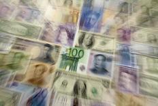 Банкноты юаня, иены, доллара США, евро, британского фунта, швейцарского франка и российского рубля, Варшава, 26 января 2011 года. Инвесторы увеличили долю наличности в портфелях и стали действовать более консервативно в связи с нестабильной геополитической обстановкой и сомнениями относительно темпов восстановления экономики, показал майский глобальный опрос управляющих, проводящийся BofA Merrill Lynch. REUTERS/Kacper Pempel