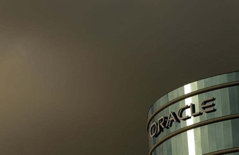 The company logo is shown at the headquarters of Oracle Corporation in Redwood City, California February 2, 2010.  Picture taken February 2, 2010.   REUTERS/Robert Galbraith  (UNITED STATES - Tags: SCI TECH BUSINESS) - RTR29VAO