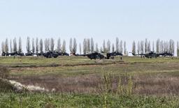 Российские военные вертолеты в поле близ поселка Северный в Белгородской области 25 апреля 2014 года. Правительство США опубликовало спутниковые фотографии российских войск у границы с Украиной, и НАТО сделало вывод, что Москва не отвела военных вопреки заявлениям Владимира Путина. REUTERS/Sergei Khakhalev
